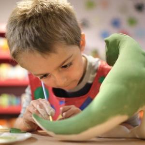 bambino dipinge coda dinosauro