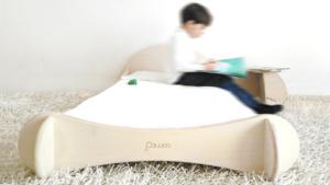 lettino basso di design in legno per bambini in stile montessori