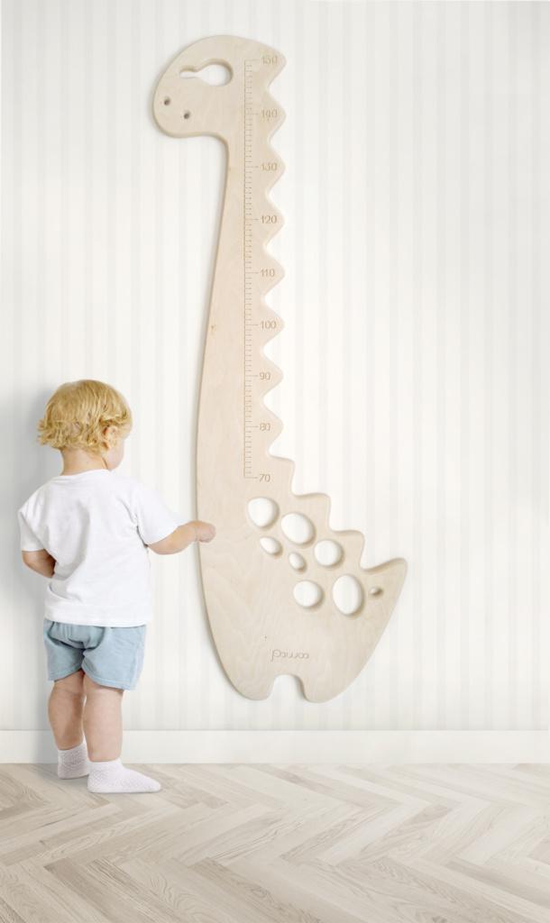bambino e metro da parete in legno a forma di dinosauro