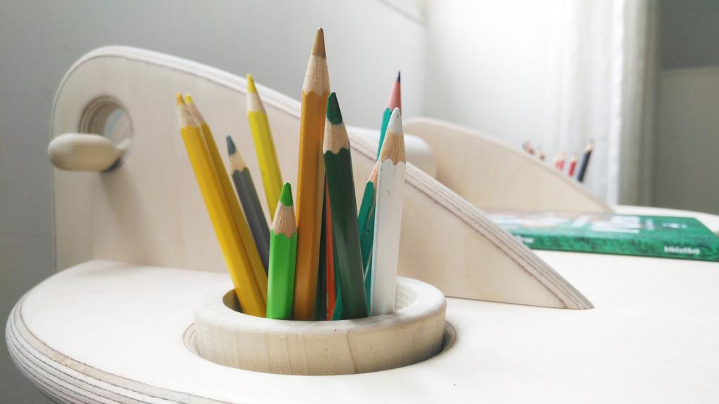 dettaglio portapenne scrivania in legno per bambini