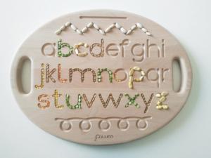 tavoletta sensoriale in legno con alfabeto inciso