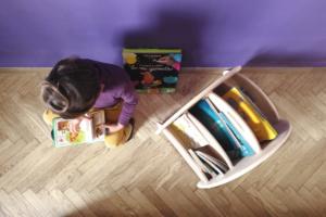 angolo lettura con libreria da terra montessoriana