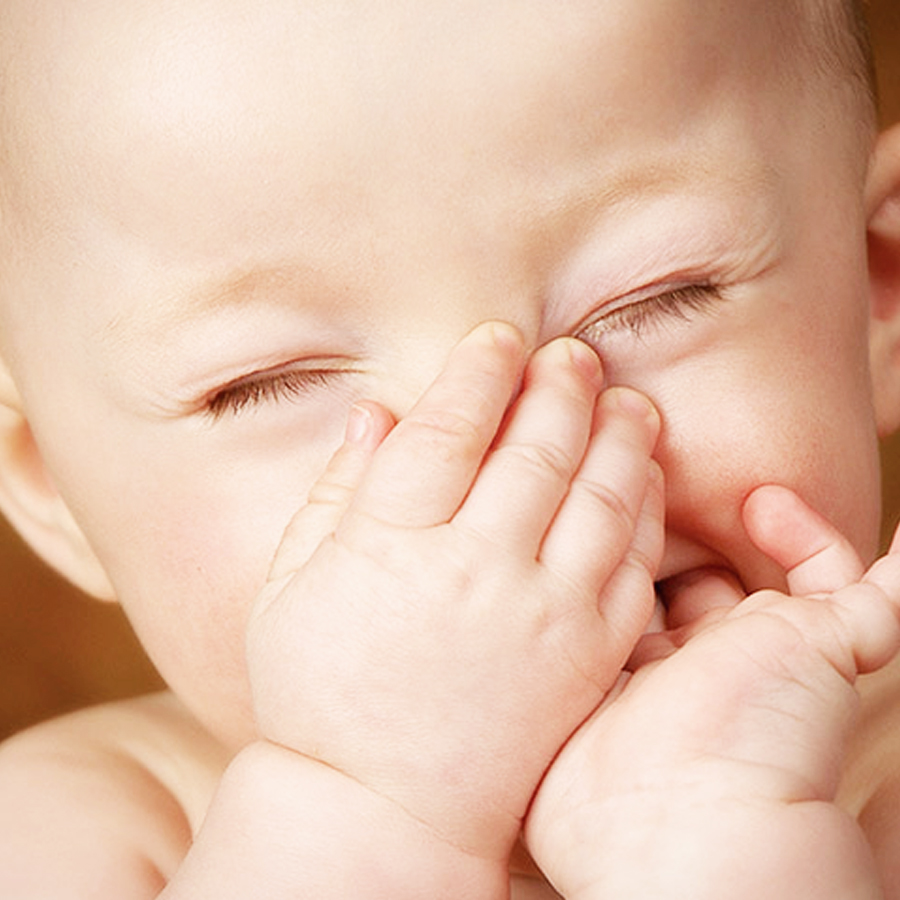 neonato si tappa il naso