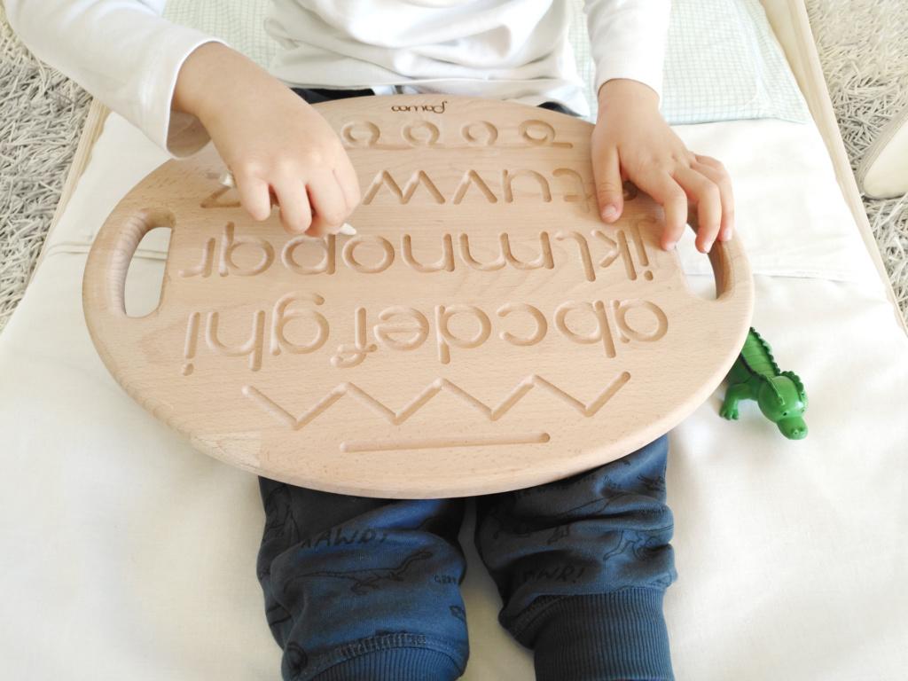 tavoletta in legno con inciso alfabeto