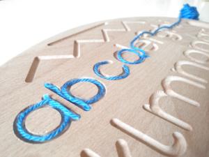 dettaglio incisione tavoletta sensoriale in legno