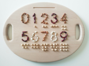 retro della tavoletta sensoriale in legno con numeri incisi