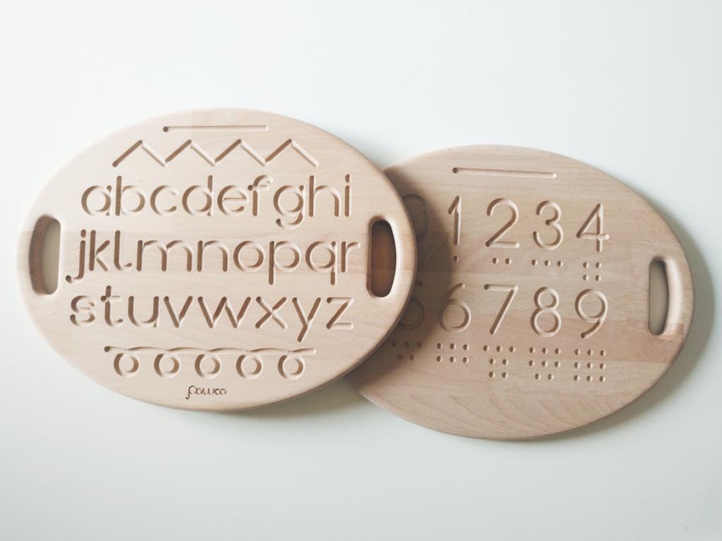 fronte e retro della tavolett sensoriale in legno per bambini pawoo